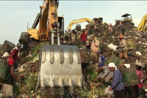 Every day, thousands of scavengers pick through Jarkarta\'s Bantar Gebang rubbish dump