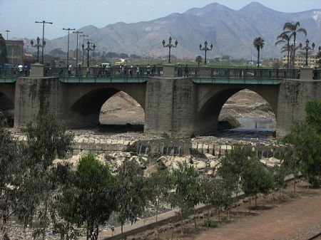 City bridge over an almost-dry Río Rímac. Photo by AgainErick, Wikimedia Commons.